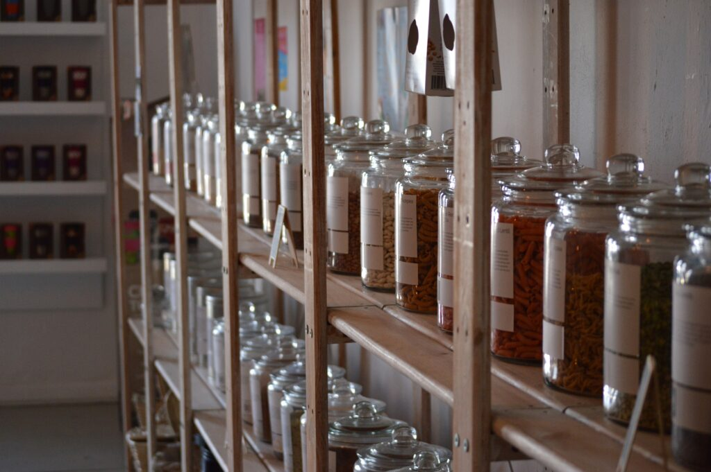 almacenaje en la cocina con botes de cristal