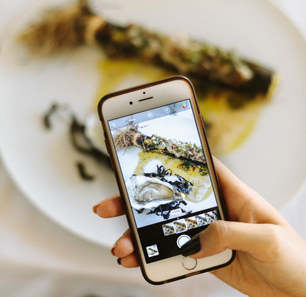 Tomando una foto de la comida desde el teléfono móvil