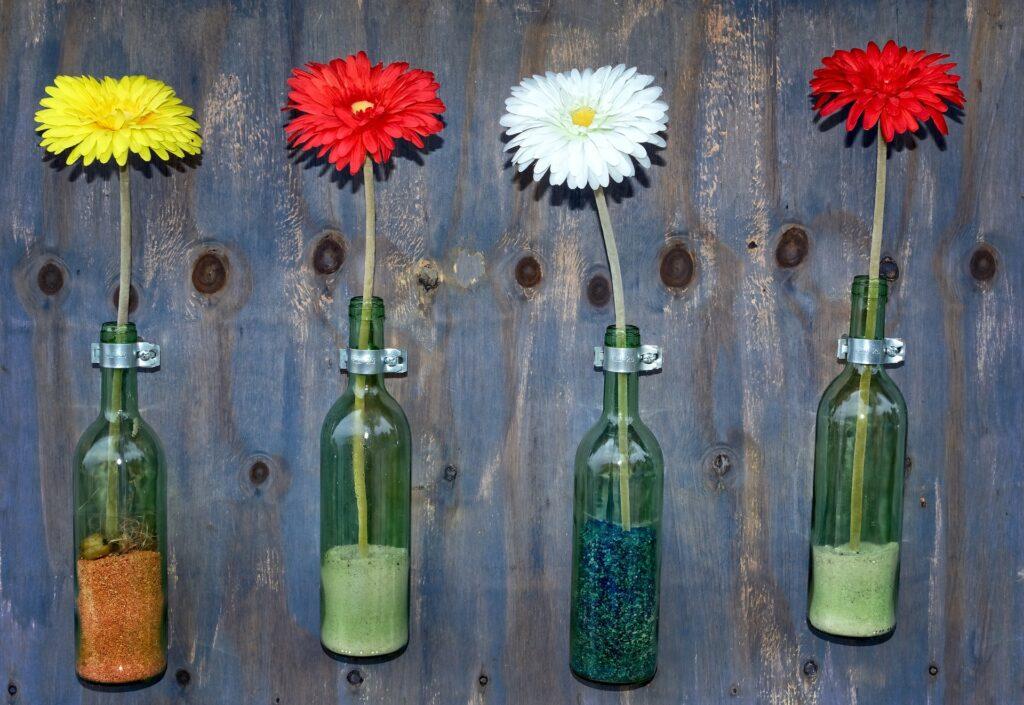 Los jarrones son la forma más conocida de reutilizar una botella de cristal