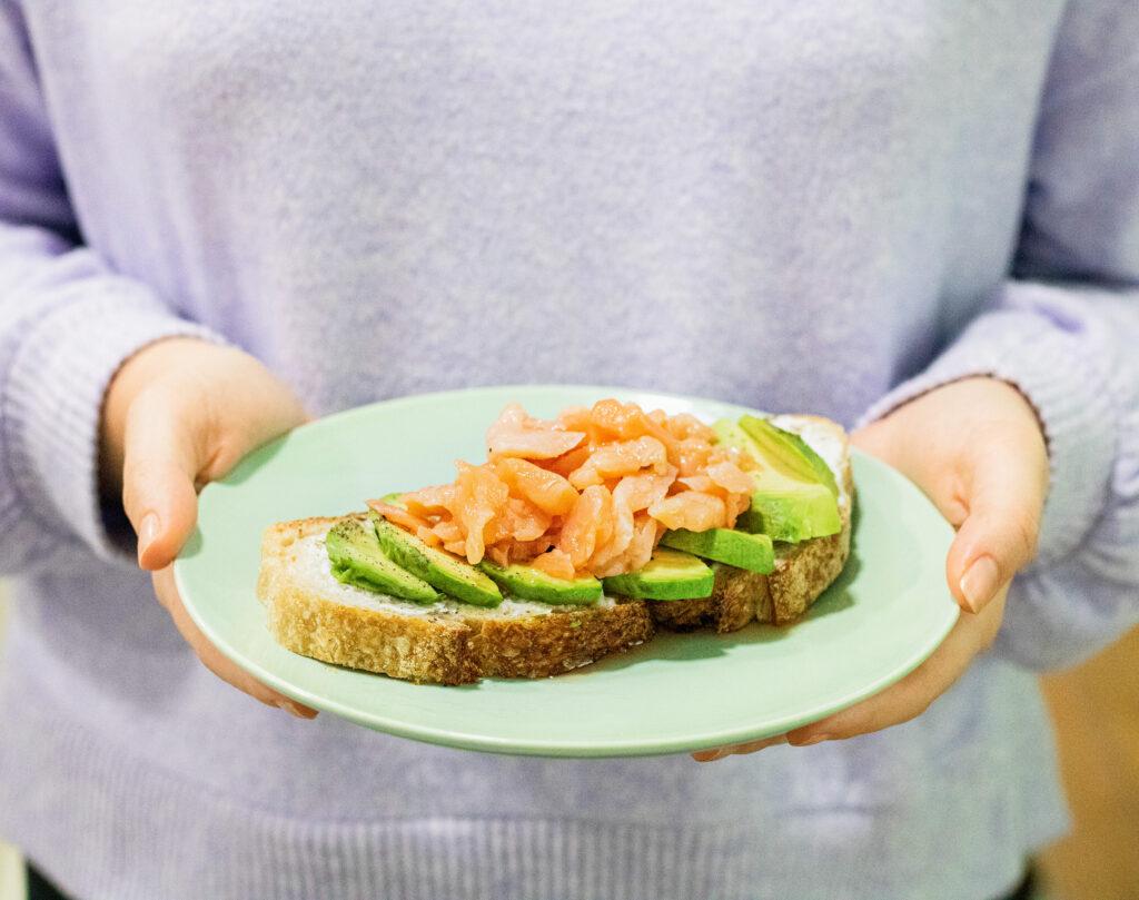 Tostada de salmón y aguacate - desayuno Salad Planet